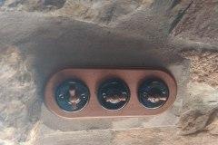 llaves-de-luz-rusticas-instaladas-zona-de-omaña